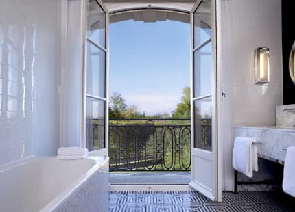 Deluxe Suite Park View bathroom interior with garden view